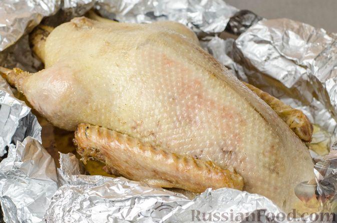 Фото приготовления рецепта: Гусь, запечённый с капустой, куриным филе, печенью и черносливом (в фольге) - шаг №27