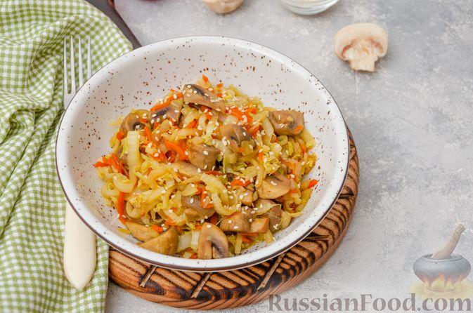 Фото к рецепту: Пекинская капуста, тушенная с грибами