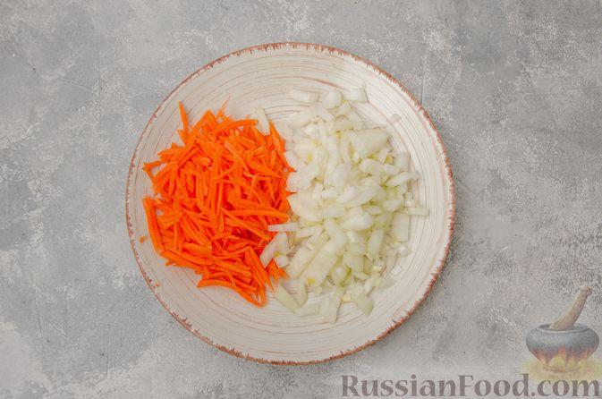 Фото приготовления рецепта: Пекинская капуста, тушенная с грибами - шаг №3
