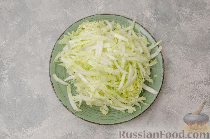 Фото приготовления рецепта: Пекинская капуста, тушенная с грибами - шаг №6