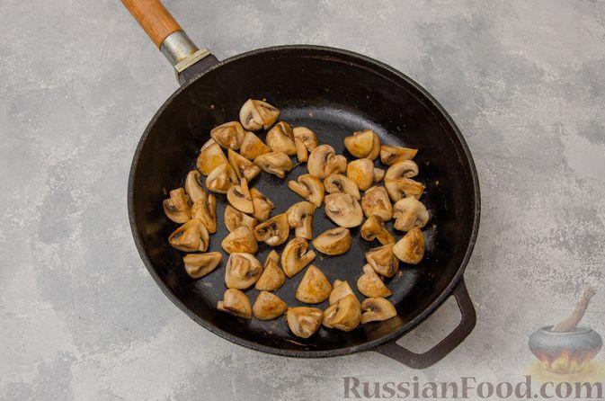Фото приготовления рецепта: Пекинская капуста, тушенная с грибами - шаг №4