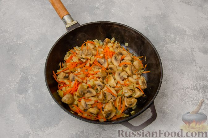 Фото приготовления рецепта: Пекинская капуста, тушенная с грибами - шаг №5