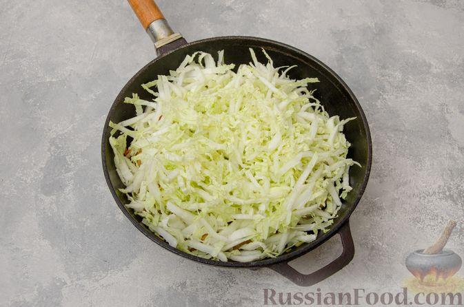 Фото приготовления рецепта: Пекинская капуста, тушенная с грибами - шаг №7