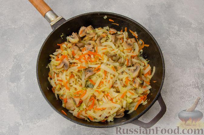 Фото приготовления рецепта: Пекинская капуста, тушенная с грибами - шаг №8