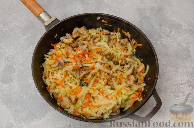 Фото приготовления рецепта: Пекинская капуста, тушенная с грибами - шаг №9
