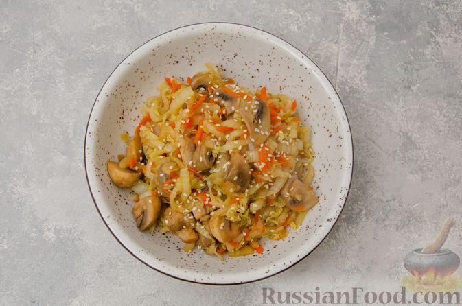 Фото приготовления рецепта: Пекинская капуста, тушенная с грибами - шаг №10