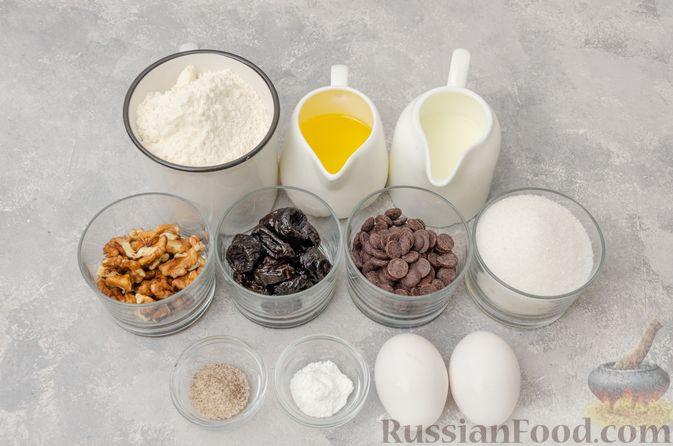 Фото приготовления рецепта: Заливной пирог с черносливом, шоколадом и орехами - шаг №1