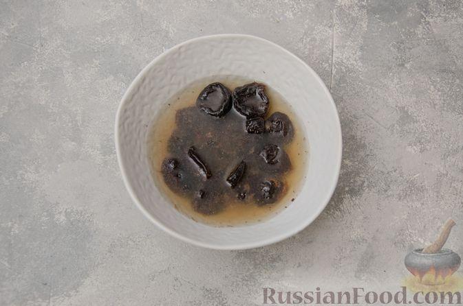 Фото приготовления рецепта: Заливной пирог с черносливом, шоколадом и орехами - шаг №2
