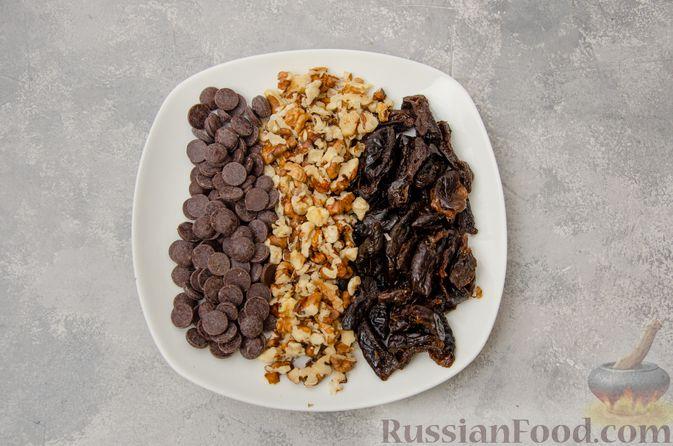 Фото приготовления рецепта: Заливной пирог с черносливом, шоколадом и орехами - шаг №3