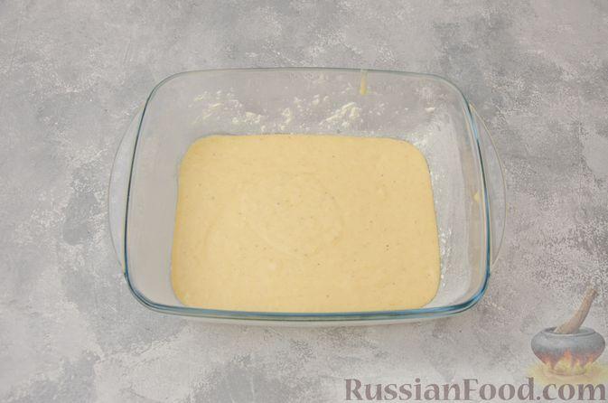 Фото приготовления рецепта: Заливной пирог с черносливом, шоколадом и орехами - шаг №8