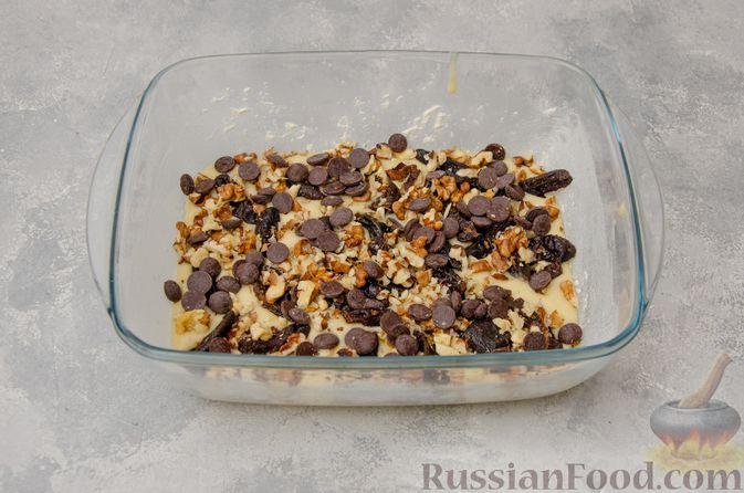 Фото приготовления рецепта: Заливной пирог с черносливом, шоколадом и орехами - шаг №9