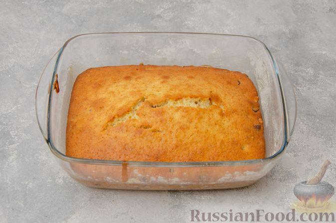Фото приготовления рецепта: Заливной пирог с черносливом, шоколадом и орехами - шаг №11