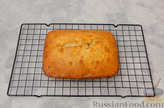 Фото приготовления рецепта: Заливной пирог с черносливом, шоколадом и орехами - шаг №12