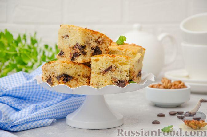 Фото приготовления рецепта: Заливной пирог с черносливом, шоколадом и орехами - шаг №13