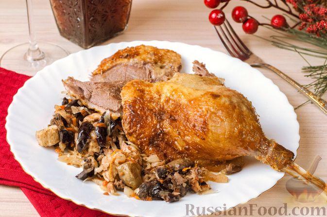 Фото к рецепту: Гусь, запечённый с капустой, куриным филе, печенью и черносливом (в фольге)
