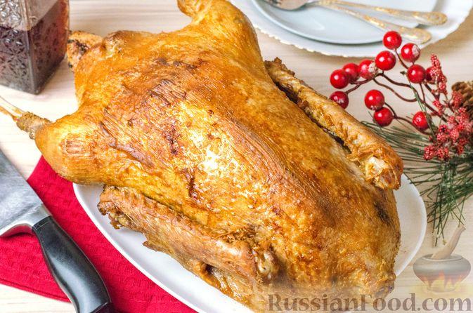 Фото приготовления рецепта: Гусь, запечённый с капустой, куриным филе, печенью и черносливом (в фольге) - шаг №29