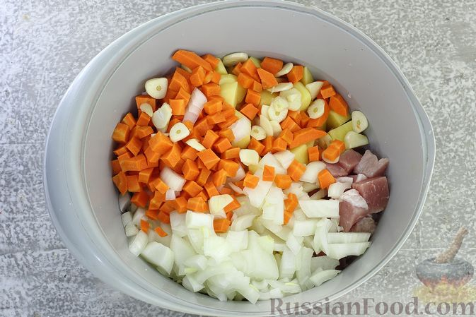 Фото приготовления рецепта: Картошка, запечённая со свининой и сметаной (в рукаве) - шаг №5