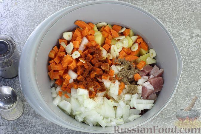 Фото приготовления рецепта: Картошка, запечённая со свининой и сметаной (в рукаве) - шаг №6