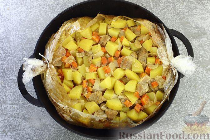 Фото приготовления рецепта: Картошка, запечённая со свининой и сметаной (в рукаве) - шаг №9