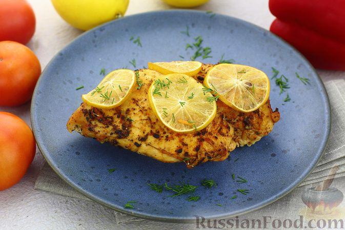 Фото к рецепту: Куриное филе, запечённое с лимоном