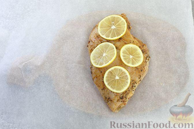 Фото приготовления рецепта: Куриное филе, запечённое с лимоном - шаг №5