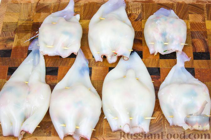 Фото приготовления рецепта: Фаршированные кальмары с крабовыми палочками - шаг №7