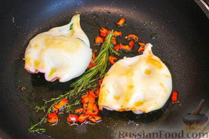 Фото приготовления рецепта: Фаршированные кальмары с крабовыми палочками - шаг №8