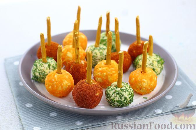 """Фото к рецепту: Закуска """"Цветные шарики"""" из курицы с сыром и чесноком"""