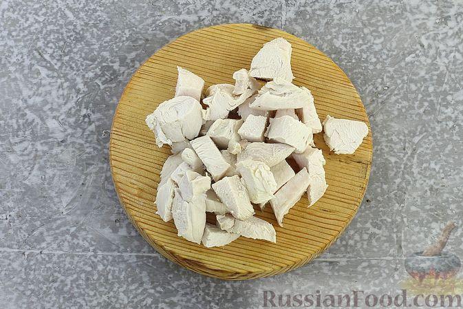 """Фото приготовления рецепта: Закуска """"Цветные шарики"""" из курицы с сыром и чесноком - шаг №3"""