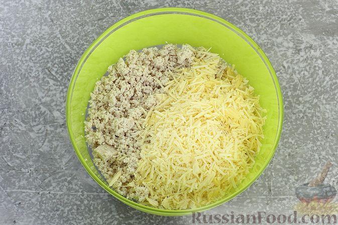 """Фото приготовления рецепта: Закуска """"Цветные шарики"""" из курицы с сыром и чесноком - шаг №5"""