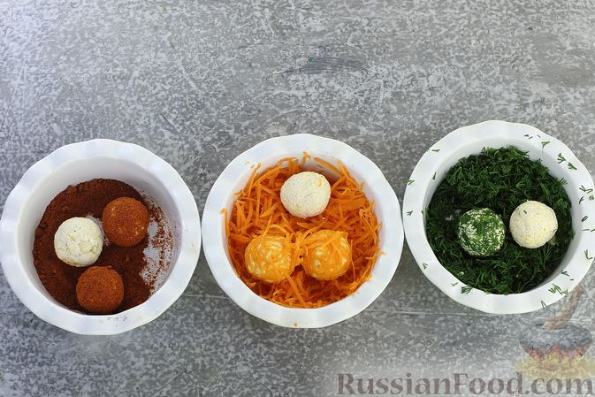"""Фото приготовления рецепта: Закуска """"Цветные шарики"""" из курицы с сыром и чесноком - шаг №9"""