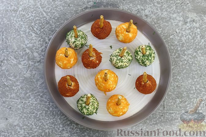 """Фото приготовления рецепта: Закуска """"Цветные шарики"""" из курицы с сыром и чесноком - шаг №10"""