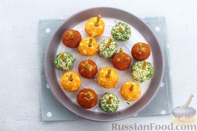 """Фото приготовления рецепта: Закуска """"Цветные шарики"""" из курицы с сыром и чесноком - шаг №11"""