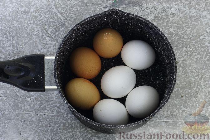 Фото приготовления рецепта: Слоёный салат со шпротами, картофелем, морковью и маринованными огурцами - шаг №3