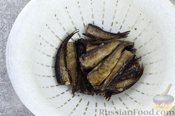 Фото приготовления рецепта: Слоёный салат со шпротами, картофелем, морковью и маринованными огурцами - шаг №4