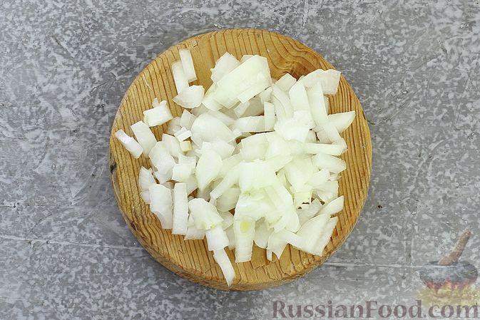 Фото приготовления рецепта: Слоёный салат со шпротами, картофелем, морковью и маринованными огурцами - шаг №5