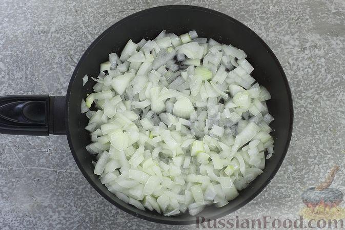 Фото приготовления рецепта: Слоёный салат со шпротами, картофелем, морковью и маринованными огурцами - шаг №6