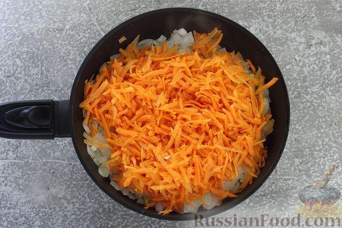 Фото приготовления рецепта: Слоёный салат со шпротами, картофелем, морковью и маринованными огурцами - шаг №8