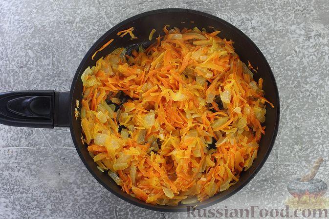 Фото приготовления рецепта: Слоёный салат со шпротами, картофелем, морковью и маринованными огурцами - шаг №9