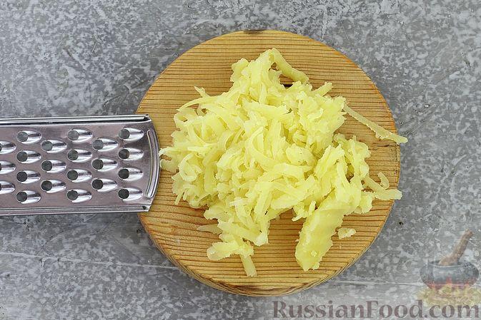 Фото приготовления рецепта: Слоёный салат со шпротами, картофелем, морковью и маринованными огурцами - шаг №10