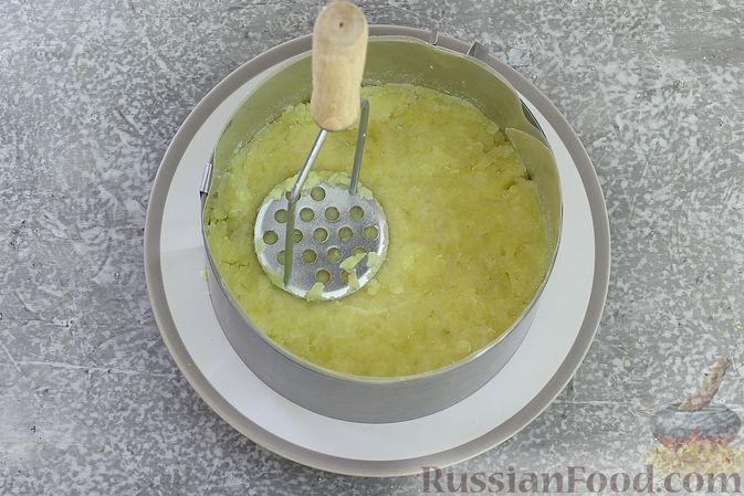 Фото приготовления рецепта: Слоёный салат со шпротами, картофелем, морковью и маринованными огурцами - шаг №11