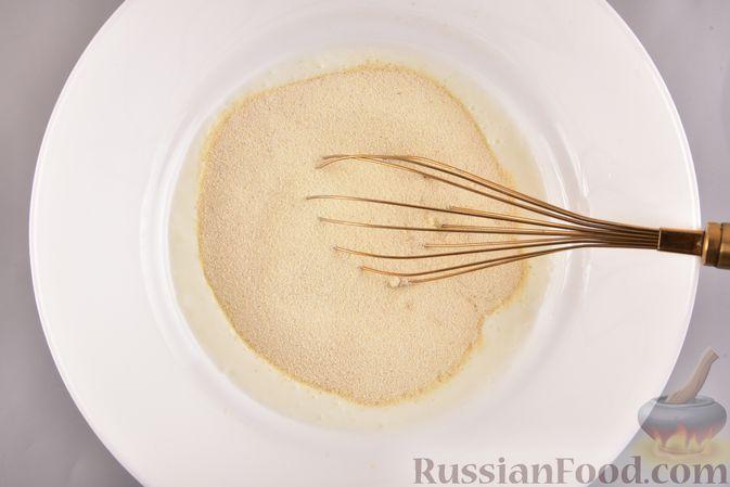 Фото приготовления рецепта: Несладкий манник на кефире, с плавленым сыром - шаг №2