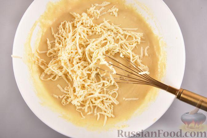 Фото приготовления рецепта: Несладкий манник на кефире, с плавленым сыром - шаг №6
