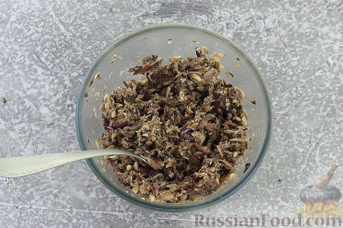 Фото приготовления рецепта: Слоёный салат со шпротами, картофелем, морковью и маринованными огурцами - шаг №13