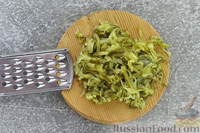 Фото приготовления рецепта: Слоёный салат со шпротами, картофелем, морковью и маринованными огурцами - шаг №15