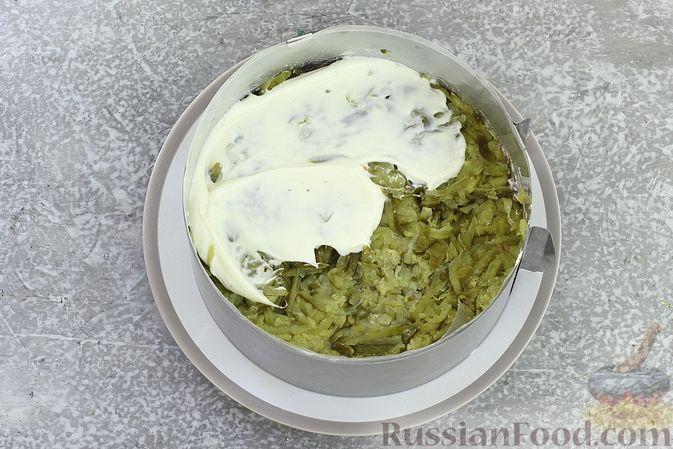 Фото приготовления рецепта: Слоёный салат со шпротами, картофелем, морковью и маринованными огурцами - шаг №16