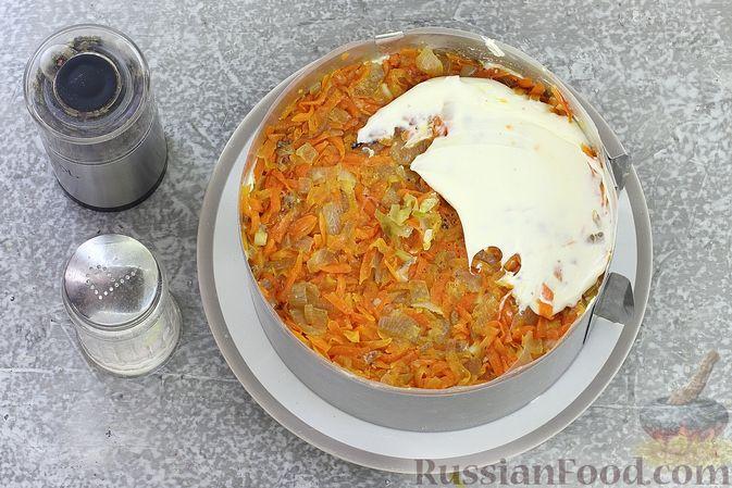 Фото приготовления рецепта: Слоёный салат со шпротами, картофелем, морковью и маринованными огурцами - шаг №17