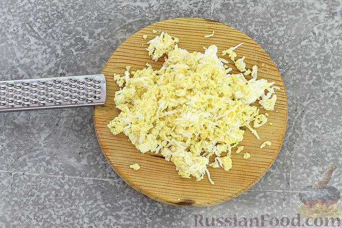 Фото приготовления рецепта: Слоёный салат со шпротами, картофелем, морковью и маринованными огурцами - шаг №18