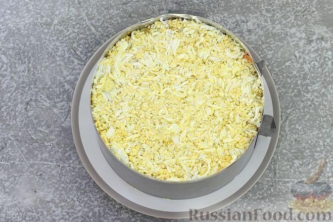 Фото приготовления рецепта: Слоёный салат со шпротами, картофелем, морковью и маринованными огурцами - шаг №19