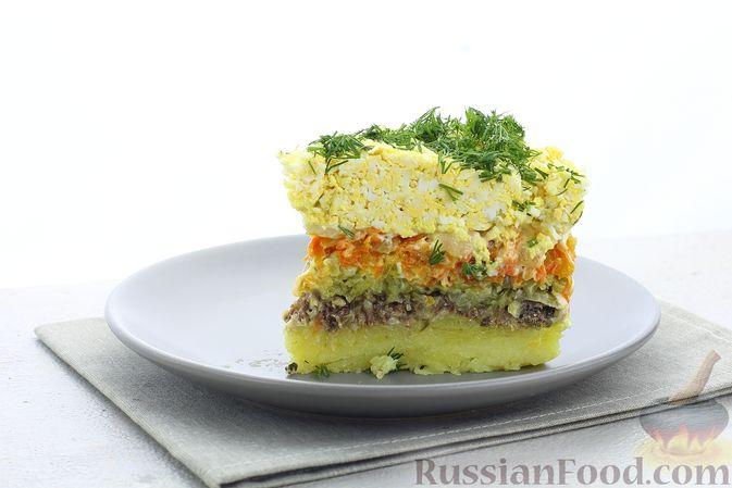 Фото приготовления рецепта: Слоёный салат со шпротами, картофелем, морковью и маринованными огурцами - шаг №21
